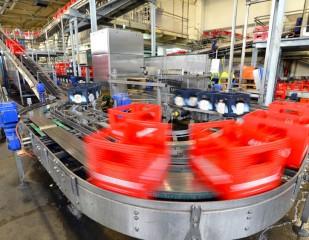 Fliessband in Produktionsanlage – Brauerei // Assembly line